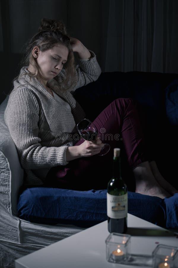 Gedeprimeerde gedronken vrouw royalty-vrije stock foto's