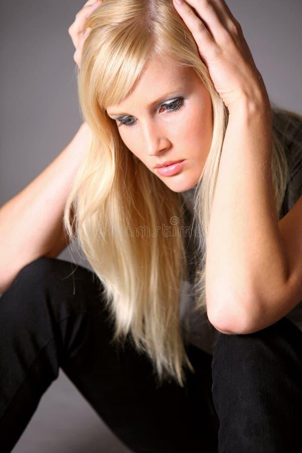 Gedeprimeerde jonge vrouw stock foto