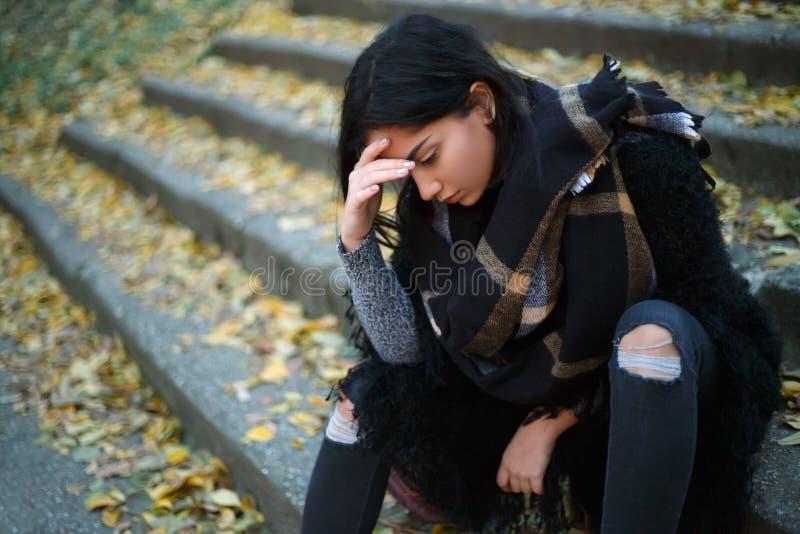 Gedeprimeerde jonge vrouw in openlucht royalty-vrije stock foto