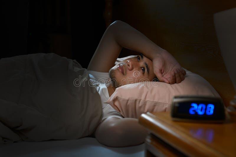 Gedeprimeerde mens die aan slapeloosheid lijden stock fotografie