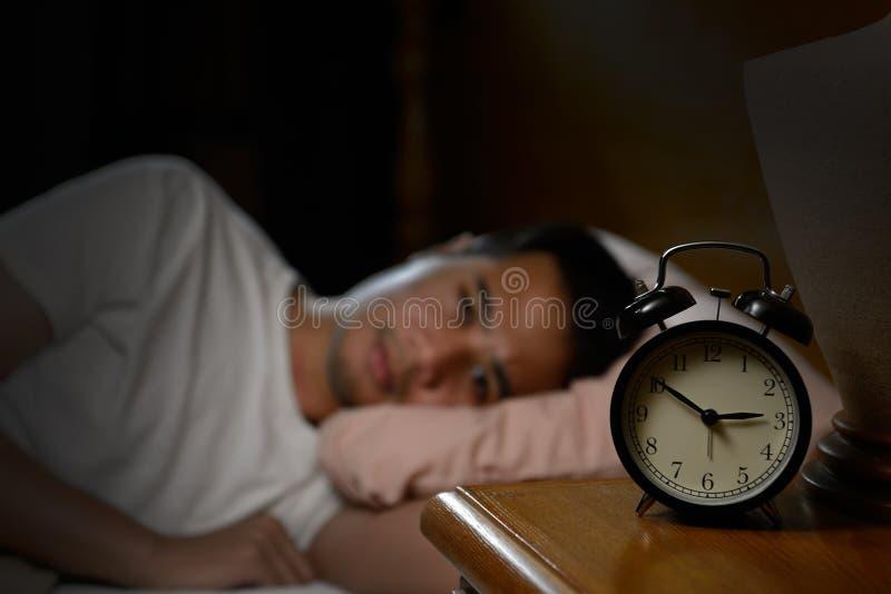Gedeprimeerde mens die aan slapeloosheid lijden stock afbeeldingen