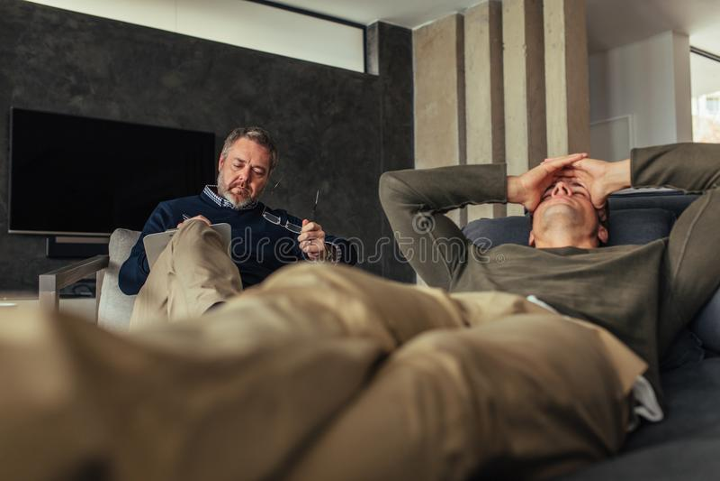 Gedeprimeerde mensen bezoekende psycholoog stock foto's