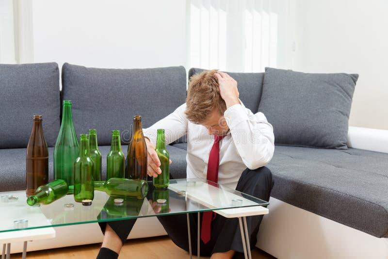 Gedeprimeerde thuis gedronken zakenman stock fotografie