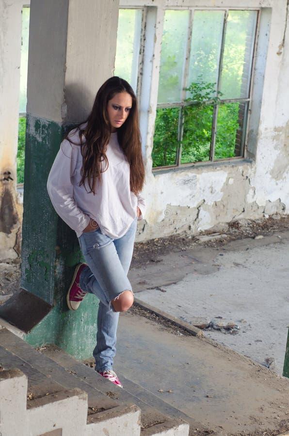 Gedeprimeerde vrouw in de verlaten bouw stock afbeeldingen
