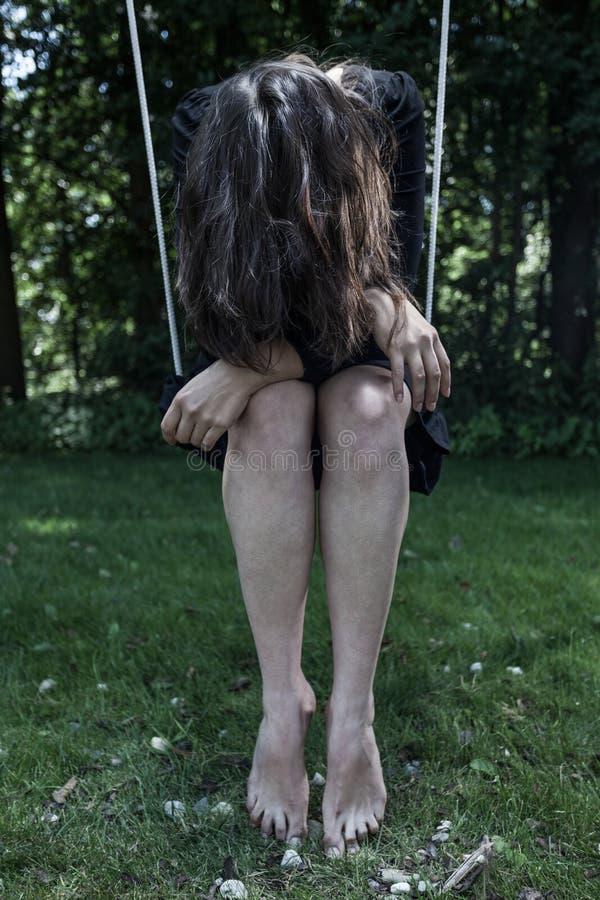 Gedeprimeerde vrouw die haar houden hoofd laag stock afbeelding