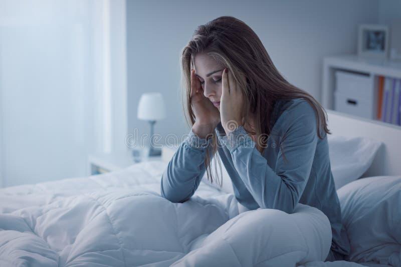 Gedeprimeerde vrouw wakker in de nacht stock afbeelding