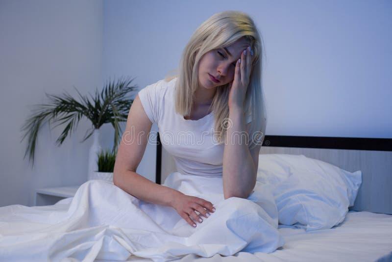 Gedeprimeerde vrouw wakker in de nacht, is zij uitgeput en lijdend aan slapeloosheid royalty-vrije stock foto