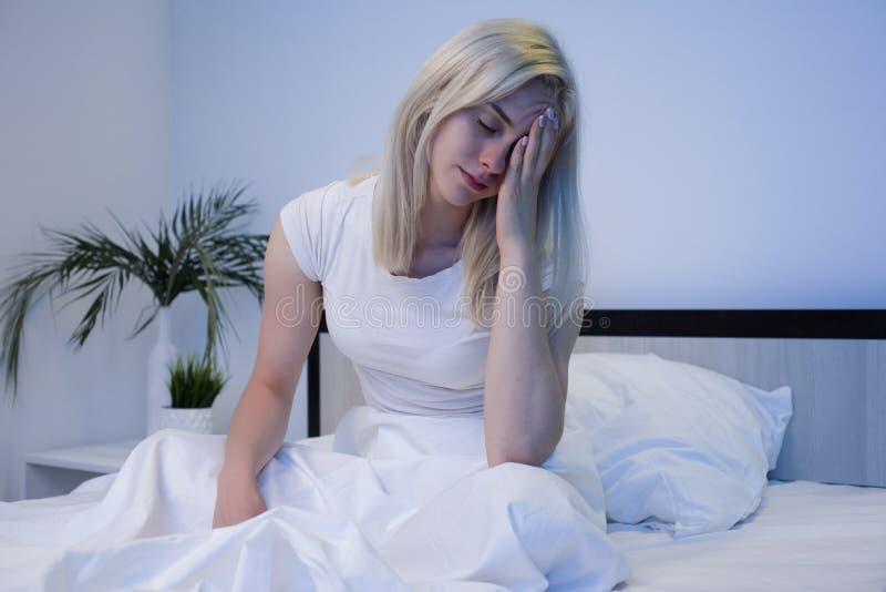 Gedeprimeerde vrouw wakker in de nacht, is zij uitgeput en lijdend aan slapeloosheid royalty-vrije stock fotografie