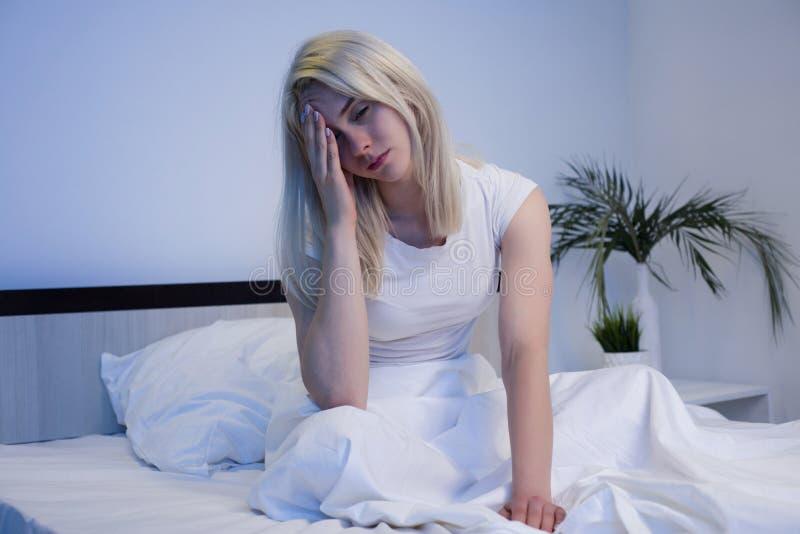 Gedeprimeerde vrouw wakker in de nacht, is zij uitgeput en lijdend aan slapeloosheid royalty-vrije stock foto's
