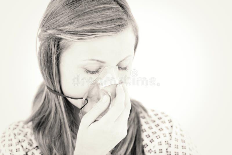 Gedeprimeerde vrouwelijke patiënt met een masker stock afbeeldingen