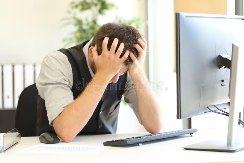 Gedeprimeerde zakenman na faillissement op kantoor stock foto