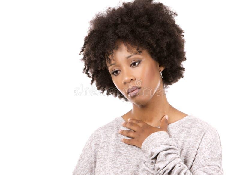 Gedeprimeerde zwarte toevallige vrouw op witte achtergrond royalty-vrije stock foto