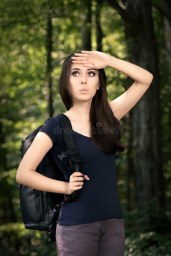 Gedesorienteerd Wandelend Meisje met Reisrugzak stock afbeeldingen