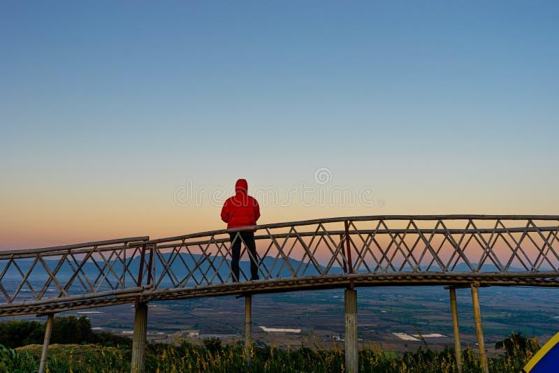 Gedetailleerd over de Aziatische man die op de Bamboorbrug staat bij Ban Doi Sa-ngo Chiangsaen, provincie Chiang Rai royalty-vrije stock foto's