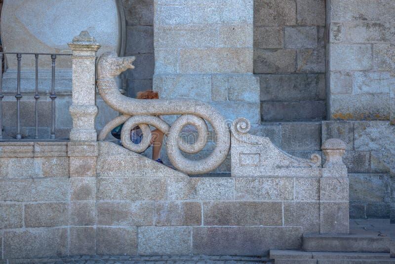Gedetailleerd vooraanzicht van een deel van de buitentrap van de Porto Kathedraal, zittende niet identificeerbare vrouw stock foto
