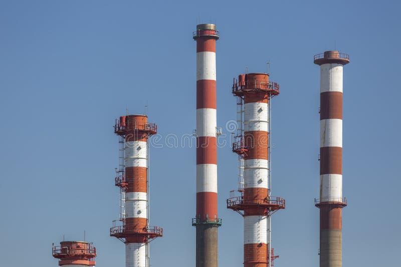 Gedetailleerde deelmening, industriële complex van olieraffinaderij stock foto
