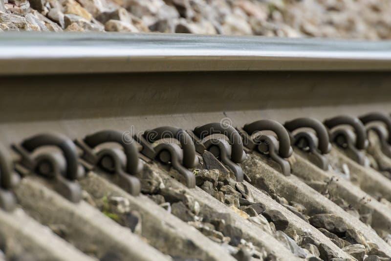Gedetailleerde dichte omhooggaande foto van een spoorwegspoor stock afbeeldingen