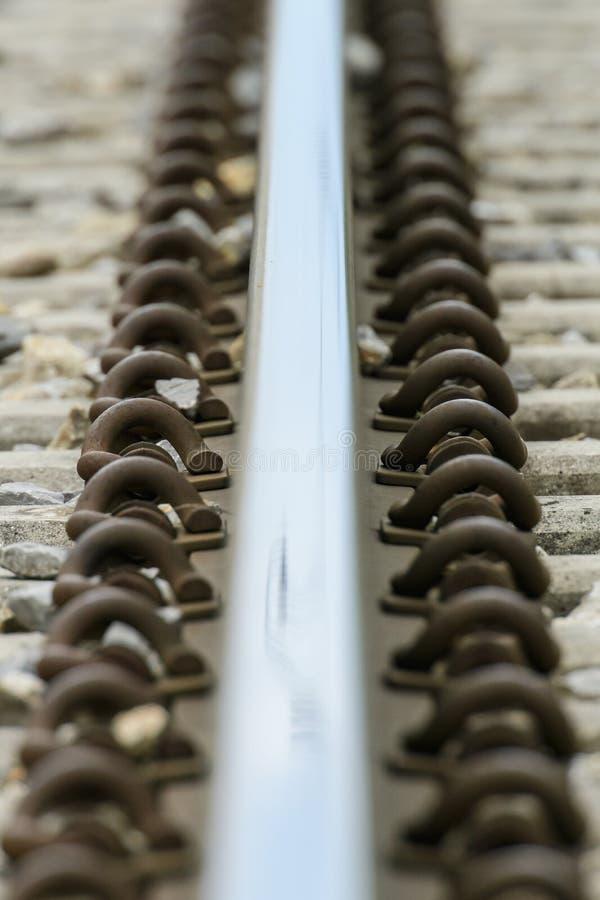 Gedetailleerde dichte omhooggaande foto van een spoorwegspoor stock afbeelding