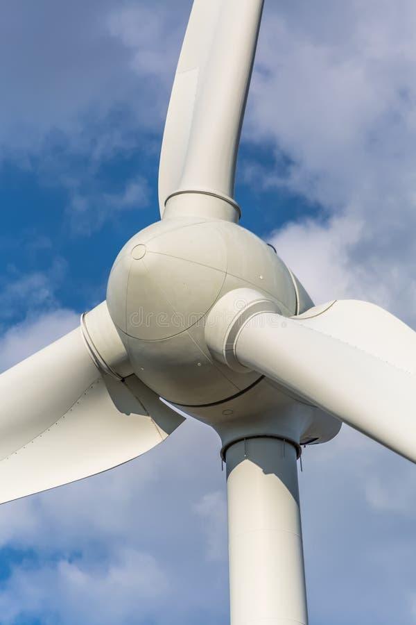 Gedetailleerde dichte omhooggaande mening van een windturbine; generator, rotor en blad stock afbeelding