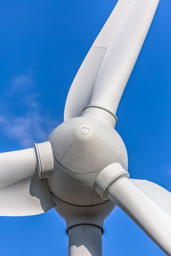 Gedetailleerde dichte omhooggaande mening van een windturbines; generator, rotor en bladmening royalty-vrije stock fotografie