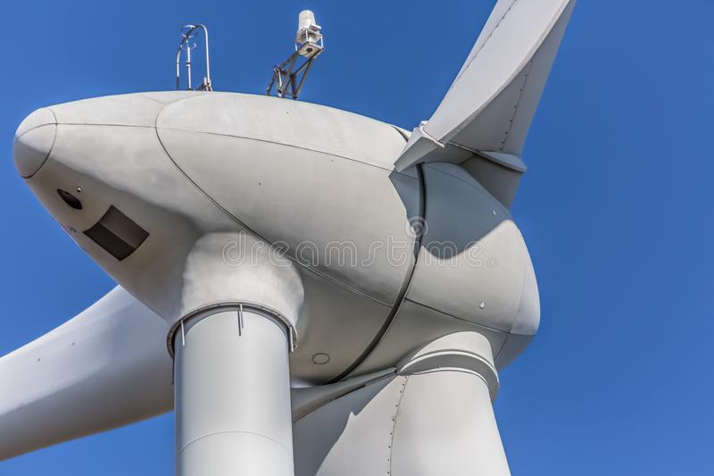 Gedetailleerde dichte omhooggaande mening van een windturbines; generator, rotor en bladmening royalty-vrije stock afbeeldingen