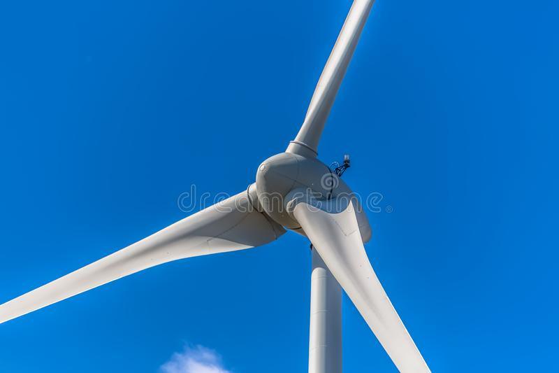 Gedetailleerde dichte omhooggaande mening van een windturbines; generator, rotor en bladmening stock afbeelding