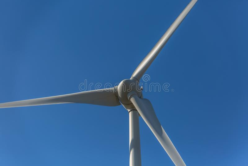 Gedetailleerde dichte omhooggaande mening van een windturbines; generator, rotor en bladmening stock foto's
