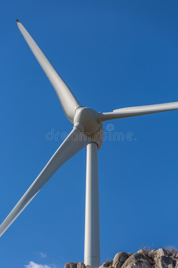 Gedetailleerde dichte omhooggaande mening van een windturbines; generator, rotor en bladmening stock foto