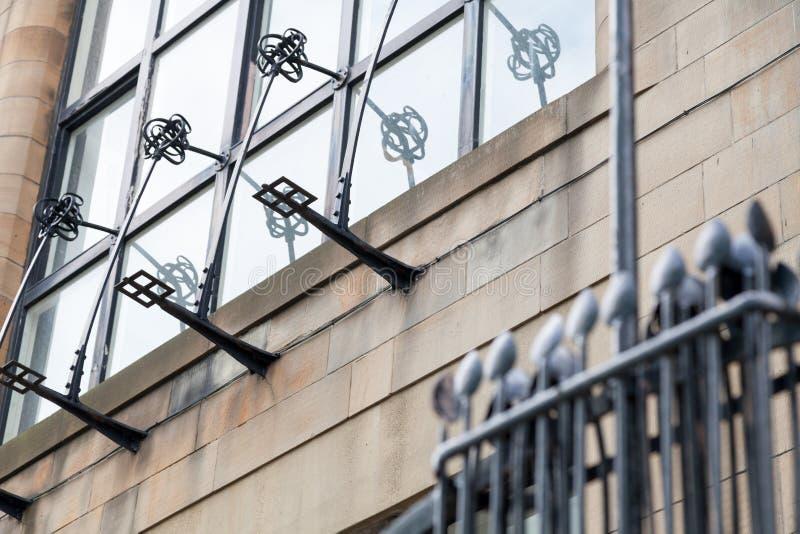 Gedetailleerde foto van de decoratieve staalfabriek op de buitenkant van Glasgow School van de Kunstbouw, Glasgow het UK stock afbeelding