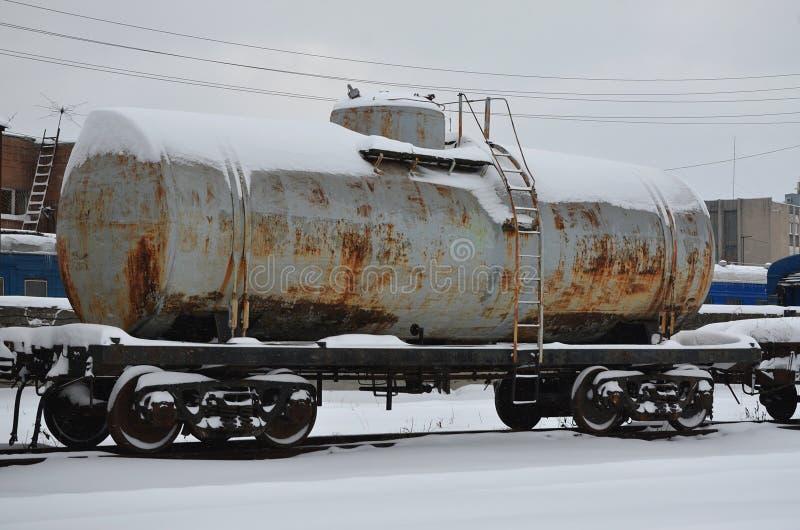 Gedetailleerde foto van sneeuw bevroren spoorweggoederenwagon Een fragment van de onderdelen van de goederenwagon op de spoorweg  royalty-vrije stock foto's
