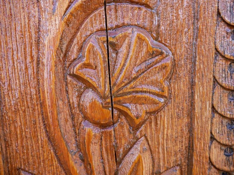 Gedetailleerde hand gesneden bloem op de traditionele Hongaarse pyloon van de eiken houtpoort stock foto's