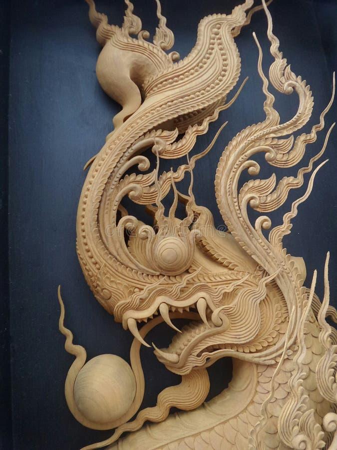 Gedetailleerde koning van Naga-houtsnijwerk op zwarte achtergrond royalty-vrije stock foto