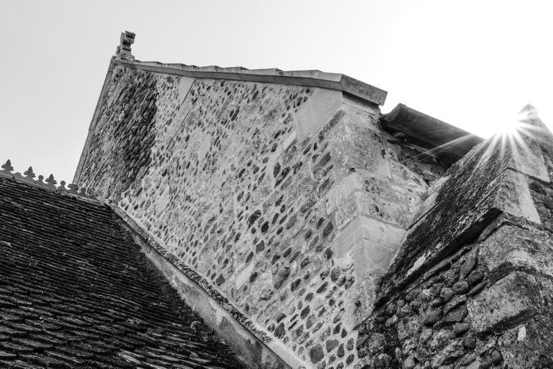 Gedetailleerde mening van een oud, middeleeuws die dak van een klooster tijdens zonsondergang wordt gezien stock afbeeldingen