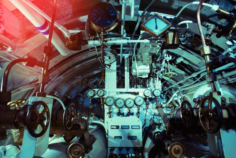Gedetailleerde mening van maten, kleppen en pijpen in onderzeeër stock foto's