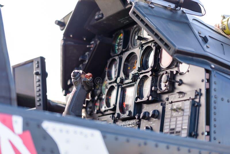 Gedetailleerde mening van militaire helikoptercockpit met controlestok en dashboard met instrumenten stock foto