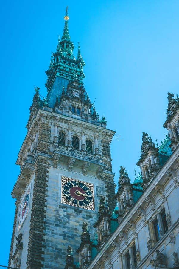Gedetailleerde Stad Hall Tower met oude klok Hamburg, Duitsland Verticaal schot stock afbeeldingen