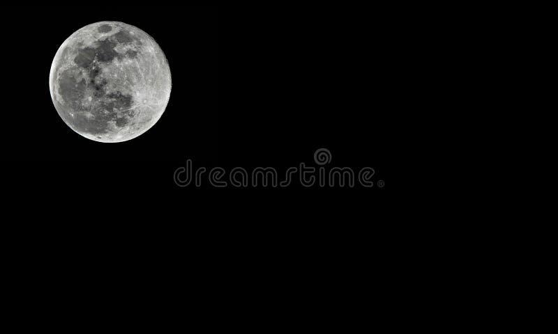 Gedetailleerde volle maan op zwarte achtergrond stock afbeeldingen