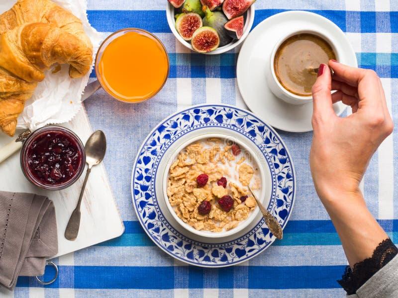 Gediend ontbijt met graangewas, fig., croissant stock foto's