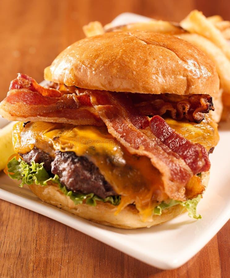 Gediende de cheeseburger van het bacon openfaced stock foto