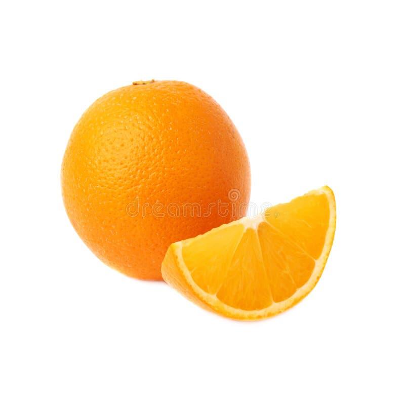 Gediende oranje die fruitsamenstelling over wordt geïsoleerd stock foto's