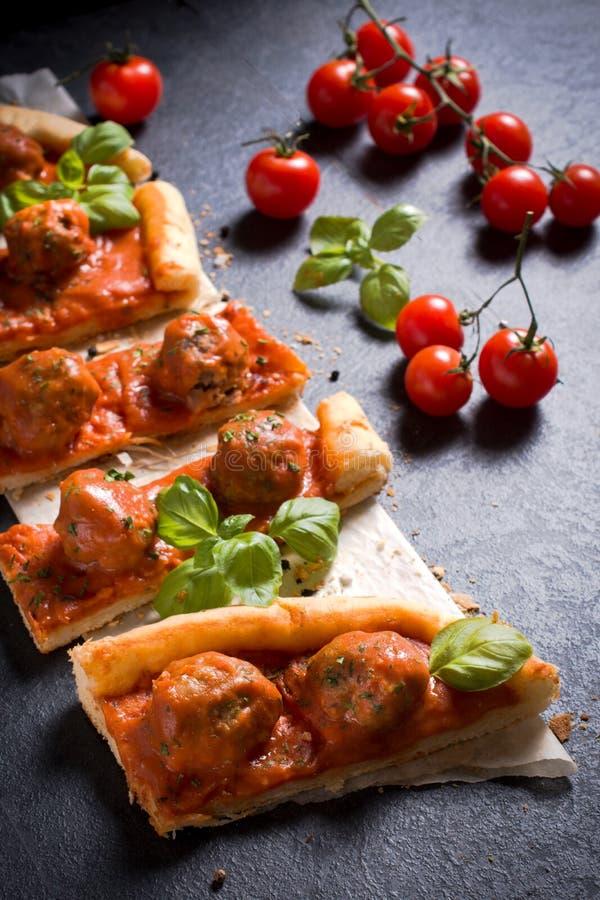 Gediente Fleischklöschenpizza stockfoto