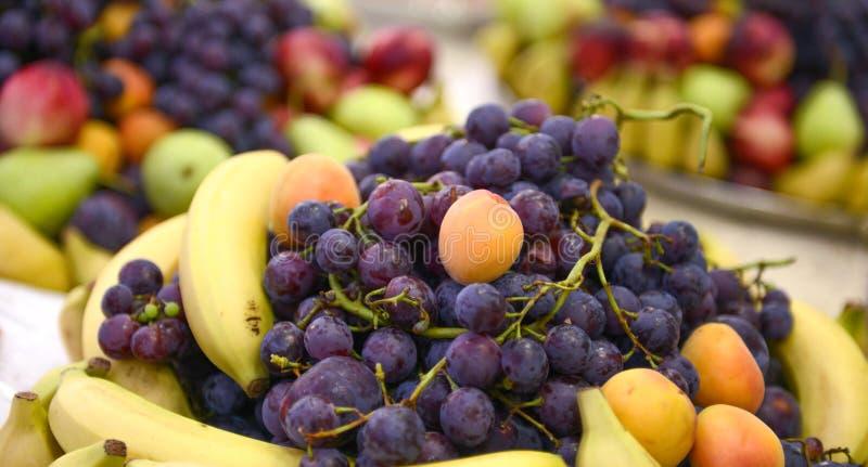 gediente frische Früchte auf einer Tabelle, readu für das Concuming stockfotografie