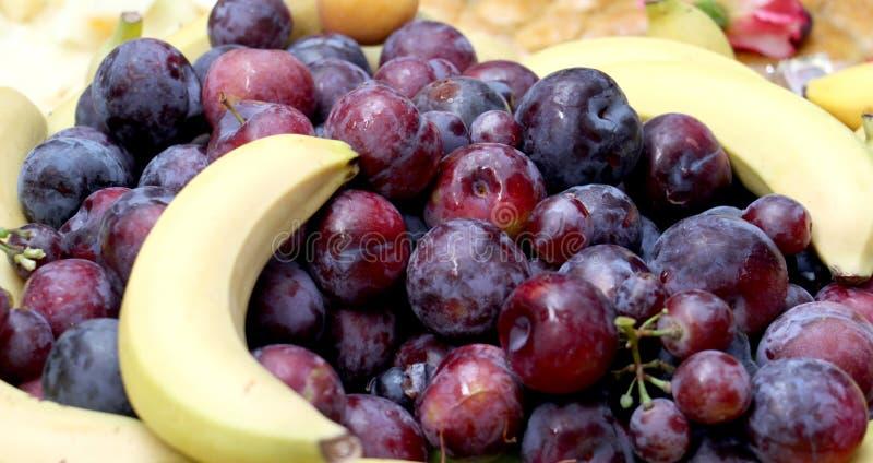 gediente frische Früchte auf einer Tabelle, readu für das Concuming stockfoto