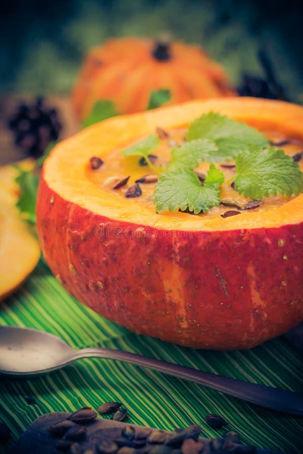 Gediente hohle Fruchtweinlese des Kürbises Suppe lizenzfreies stockbild