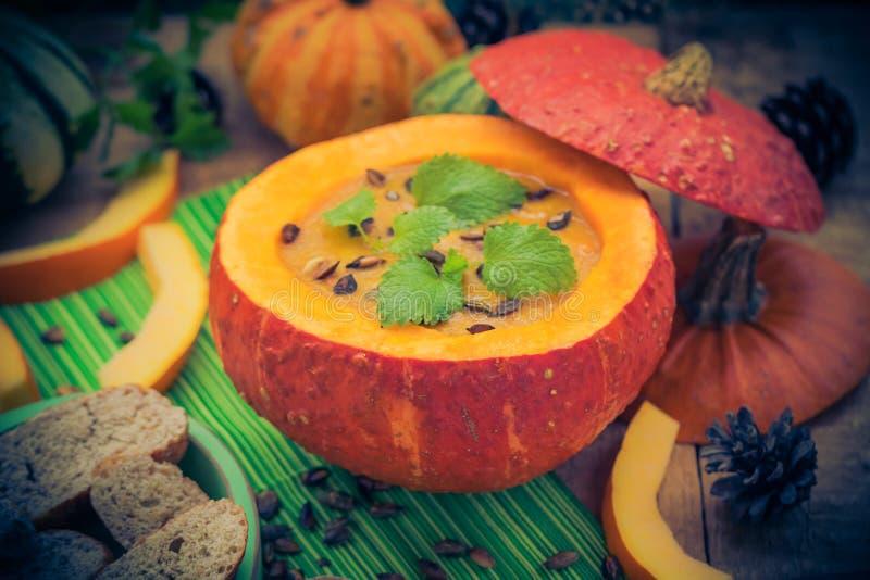 Gediente hohle Fruchtweinlese des Kürbises Suppe stockfotografie