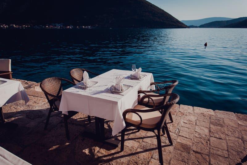 Gediente szenische Cafétabelle nahe dem Meer stockfotografie