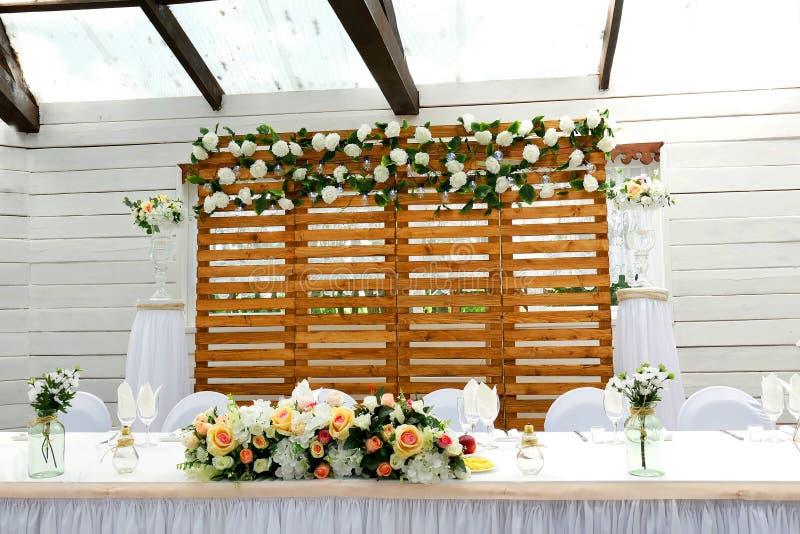 Gediente Tabelle an der Feier in den weißen Farben stockfotografie