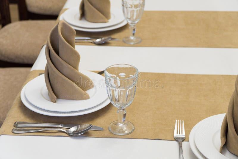 Gediente Tabelle in der Gastst?tte lizenzfreies stockfoto