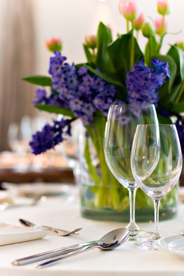 Gediente Tabelle mit Blumenstrauß lizenzfreie stockfotografie