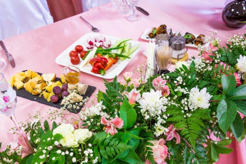 Gediente Tabellen am Bankett Getränke, Snäcke, Zartheit und Blumen im Restaurant Ein Galaereignis oder -Hochzeit stockfoto